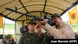 Мадуро с российской снайперской винтовкой во время военных учений на территории Венесуэлы 14 января 2017