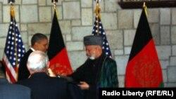 Barack Obama və Hamid Karzai strateji tərəfdaşlığa dair müqavilə imzalayır.