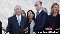 رکس تیلرسون وزیر خارجه آمریکا (چپ) در کنار وزیر خارجه ایتالیا و مسئول سیاست خارجی اتحادیه اروپا
