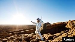 Mərakeşli alim yeni ixtira etdiyi Aouda X Mars geyimini geyinərək Mərakeş səhrasında Marsa uçacaq kosmonavtı təqlid edir.