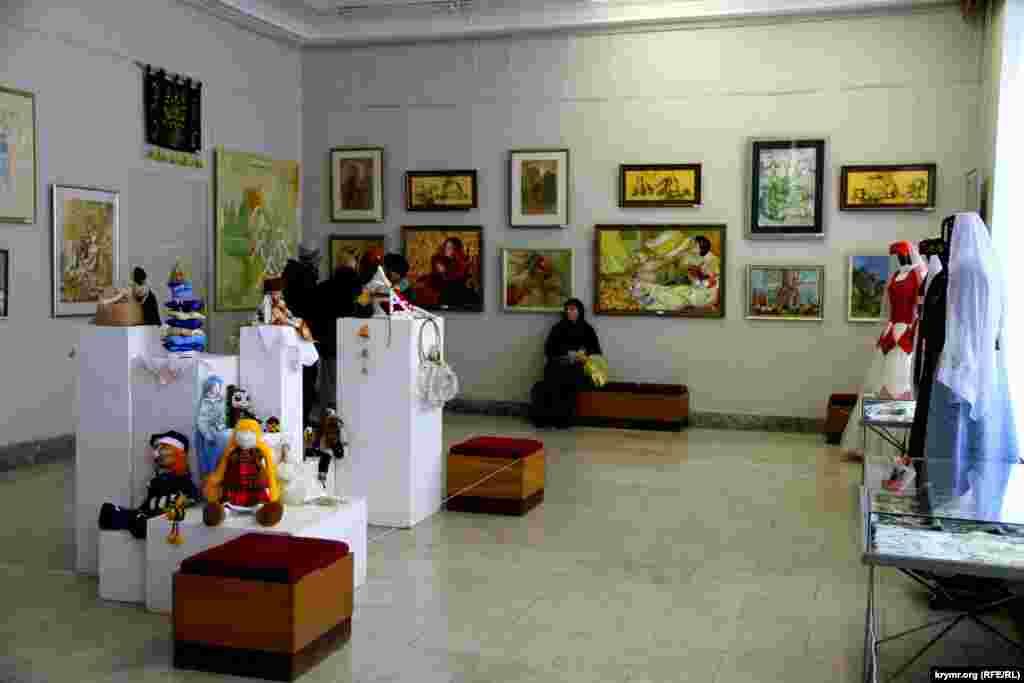 Выставка состоит из картин, кукол, костюмов и прочих примеров декоративно-прикладного исскуства