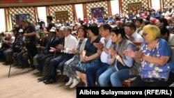 Алмазбек Атамбаев прибыл на встречу с супругой Раисой Атамбаевой.