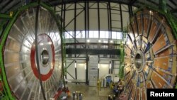 Европанын ядролук изилдөөлөр борборундагы Чоң адрон коллайдеринин чоң магниттик талаасы. Женева.