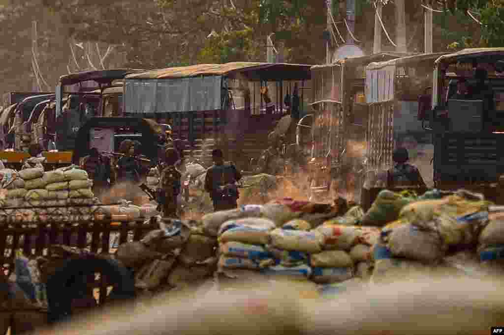 Бійців сил безпеки зафіксували на фото біля імпровізованих барикад, встановлених протестувальниками під час розгону демонстрацій в районі Хлаінг Тар'яр в Янгоні, М'янма,14 березня 2021 року