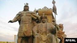 Қазақтың алғашқы хандары Жәнібек пен Керейдің ашық далада қараусыз тұрған ескерткіштері. Астана қаласы маңы, 21 қазан 2009 жыл. (Көрнекі сурет)