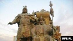 Памятник основателям Казахского ханства, заброшенный на пустырь на окраине Астаны. 21 октября 2009 года.