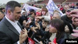 "Boks çempiony we ""Udar"" partiýasynyň lideri Witaliý Kliçko özüniň tarapdarlary bilen. 25-nji oktýabr, 2012 ý."