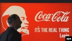 """Орус художниги Александр Косолаповдун """"Ленин Coca-Cola"""" деген сүрөтү Сотби соода үйүнүн Москвада уюштурулган көргөзмөсүндө. 1-апрель, 2009"""