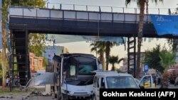 Оштетениот автобусот кој превезуваше и полицајци по експлозијата во Адана. 25.09.2019