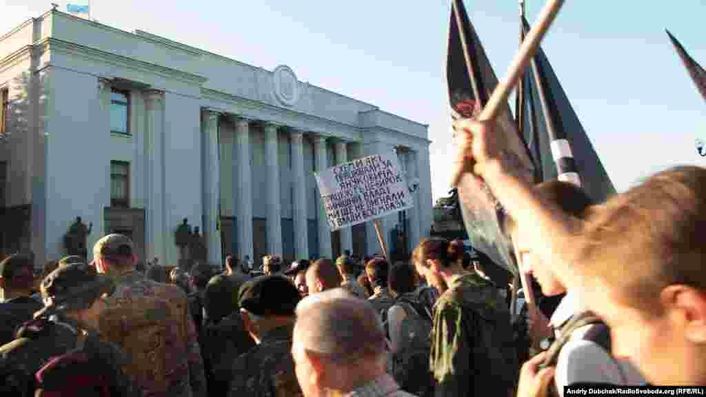 Колона крокує повз будівлю Верховної Ради