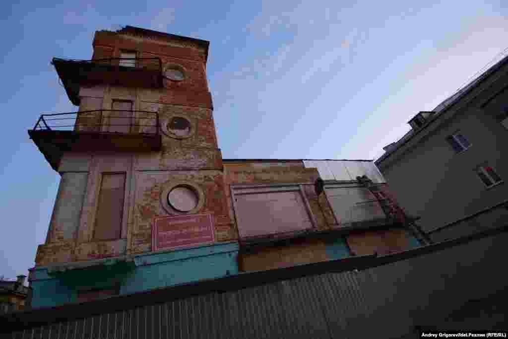 А это одна из старых доминант — каланча, которую едва не снесли вместе со зданием в 2016 году. Помешал скандал.