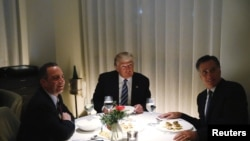 Donald Trump və Mitt Romney (sağda)
