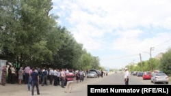 Акция протеста в Оше, жители которого месяц живут без газа. Кыргызстан, 21 мая 2014 года.