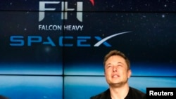 Основатель SpaceX Илон Маск во время пресс-конференции после запуска Falcon Heavy