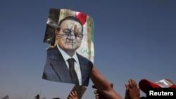 Люди с испорченным портретом бывшего президента Египта Мубарака на акции протеста у полицейского участка, где содержался Хосни Мубарак. Июнь 2012 года.