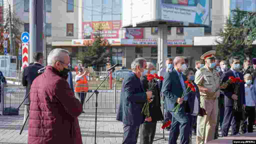 Російські чиновники поклали червоні гвоздики до пам'ятника