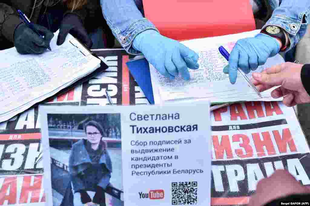 Жінки збирають підписи за альтернативних кандидатів у Мінську напередодні білоруських президентських виборів у серпні