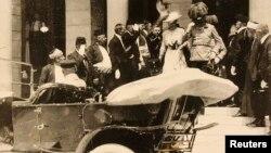 28-ը հունիսի, 1914 թվական - Ֆրանց Ֆերդինանդը կնոջ հետ դուրս է գալիս Սարաևոյի քաղաքապետարանից, ինչից շատ չանցած ամուսինները սպանվում են Գավրիլո Պրինցիպի կողմից