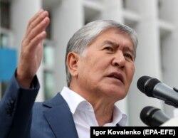 Gyrgyzystanyň öňki prezidenti Almazbek Atambaýew. Arhiw suraty.