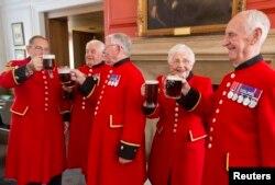 Монархисты в Челси отмечают рождение принца