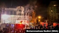 Протестующие перед зданием саудовского посольства в Тегеране