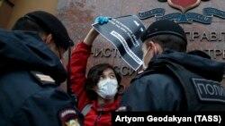 Задержание участника пикета протеста