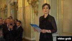 Представительница Нобелевского комитета в Стокгольме объявляет о присуждении премии белорусской писательнице Светлане Алексиевич. 8 октября 2015 года.