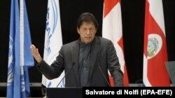 """د پاکستان وزیر اعظم عمران خان د سویس په داووس ښار کې د """"نړیوالې اقتصادي غونډې ته د وینا پر مهال."""