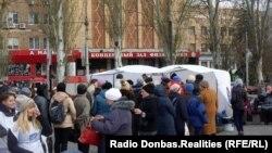 «День народного единства» (российский государственный праздник) в Донецке. Люди стоят в очереди за чаем и пирожками, 1 ноября 2019 года