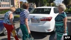 Польшамен шекарада тұрған Калининград тұрғындары. 29 тамыз 2016 жыл.