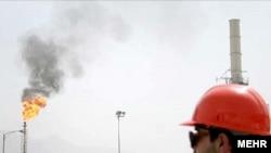 بانك مركزى پيش بينى كرده است كه درآمدهاى ارزى ايران از محل فروش نفت ۵۴ ميليارد دلار كمتر خواهد بود. (عکس: مهر)