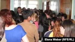 Родители стоят в очереди в Темиртауском городском отделе образования, чтобы устроить детей в детсады.