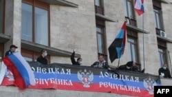Ресейшіл топ Донецк облыстық әкімшілігін басып алып, Ресей туын тікті. Донецк, 6 сәуір 2014 жыл.