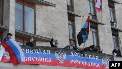 Пророссийские демонстранты захватили здание областной администрации в Донецке. 6 апреля 2014 года.