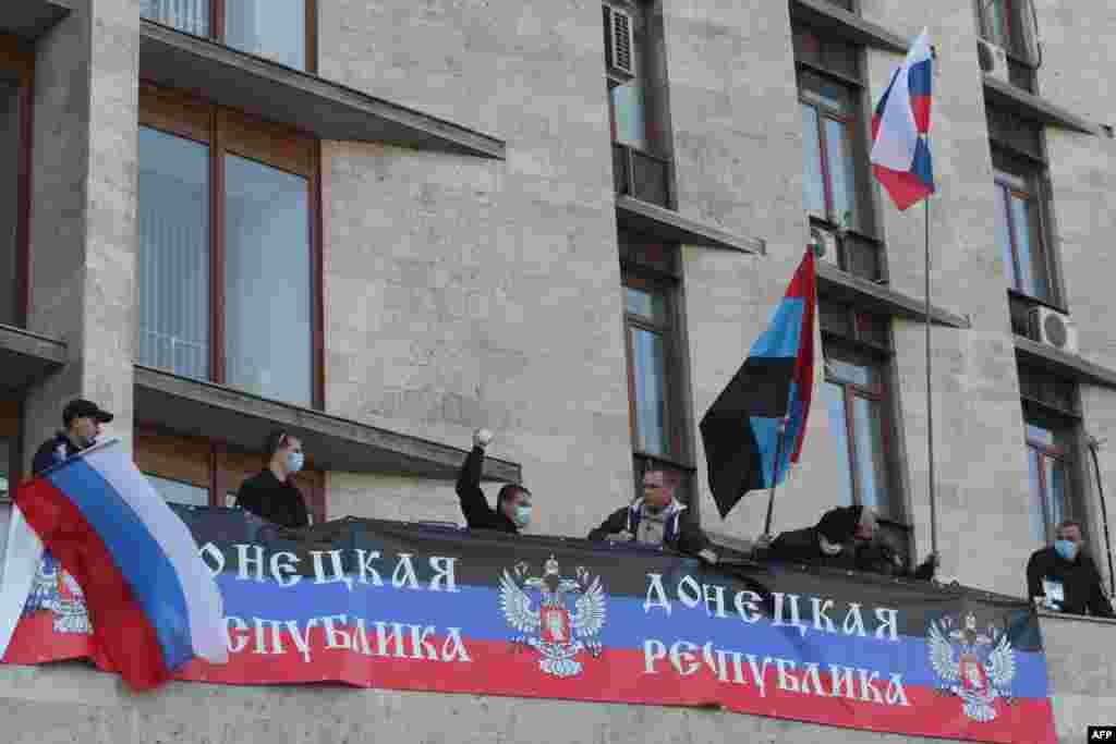 """Облустук администрациянын алдына илинген """"Донецк республикасы"""" деген жазуусу бар желектер."""