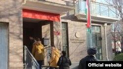 Избиратели на участке в посольстве Таджикистана в Пекине.