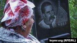 Онука бандуриста Євгена Адамцевича Наталія Лебедєва на могилі діда