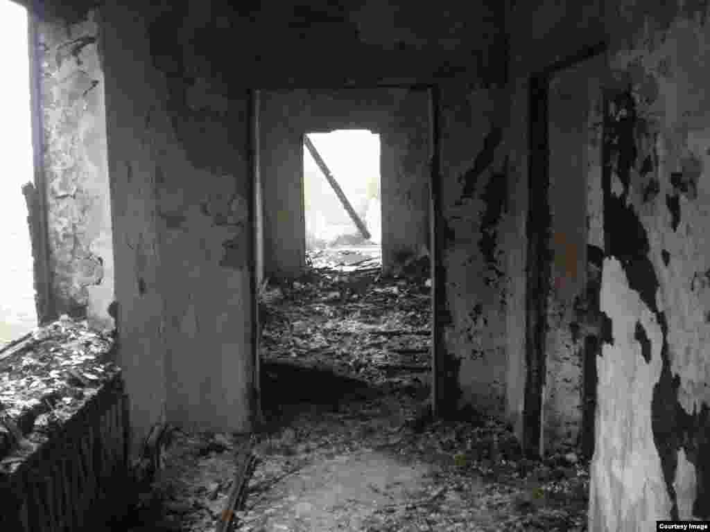 В селе Янди Ачхой-Мартановского района Чечни 8 декабря неизвестные в масках облили бензином и подожгли несколько домов, не давая их жителям потушить огонь.
