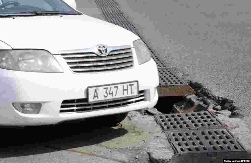 Опасная для легкового транспорта яма на перекрестке проспекта Раимбека и улицы Фурманова.