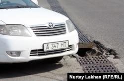 Машина поворачивает на дороге. Алматы. Иллюстративное фото.