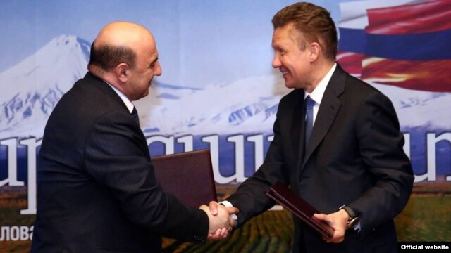 Russia - Gazprom Chairman Alexei Miller (R) and Armenian Energy Minister Armen Movsisian sign a deal in Moscow giving Gazprom 100 percent ownership of Armenia's gas distribution network, 16Jan2013.