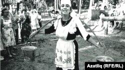 Миләүшә Насыйбуллина беренче Татар яшьләре көннәрендә, 1990 ел