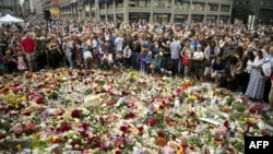В Осло люди несут цветы в память о жертвах взрыва