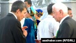 Saýlawlary we referendumlary geçirmek boýunça Merkezi komissiýanyň başlygy Orazmyrat Nyýazlyýew (sagda) we Türkmenistanyň wise-premýeri, daşary işler ministri Raşid Meredow, Aşgabat, 2011-nji ýylyň awgusty.