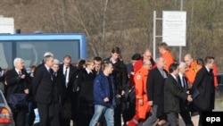 რუსეთის ქალაქ სმოლენსკთან ავიაკატასტროფაში დაღუპული პოლონეთის დელეგაციის ახლობლები ტრაგედიის ადგილზე