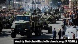 Військова артилерія проїздить Хрещатиком