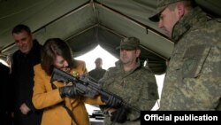 Atifete Jahjaga gjatë vizitës në FSK.