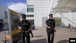 Glasgow aeroportunu qoruyan polislər, arxiv fotosu