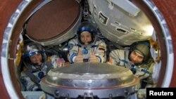 Астронавт НАСА Карен Найберг (слева), российский космонавт Федор Юрчихин и астронавт Европейского космического агентства Лука Пармитано на тренировочных занятиях. Звездный городок, 26 апреля 2013 года.