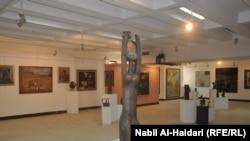 صورة عامة لأكبر قاعات المتحف وفيها عدد من اعمال الرواد يتوسطها تمثال للفنان جواد سليم